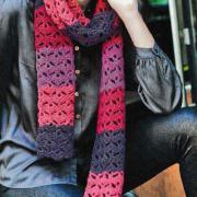 Как связать крючком цветной шарф с ажурным узором