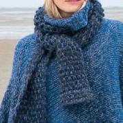 Как связать крючком двухцветный шарф с плетеным узором